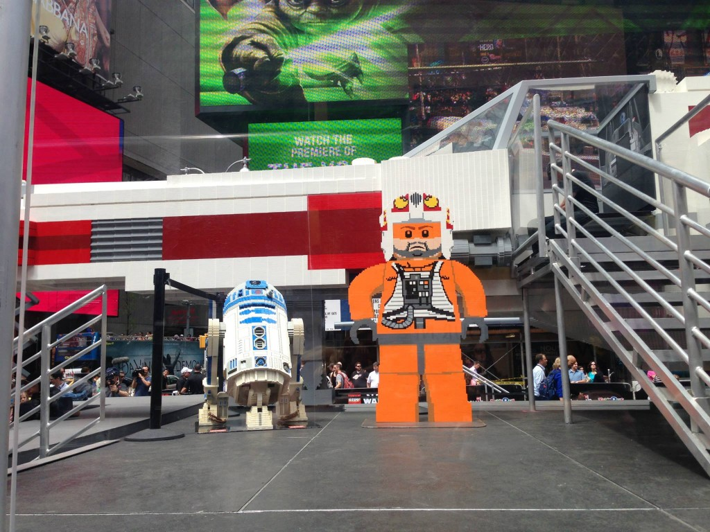 R2D2 and Luke Skywalker in Times Square